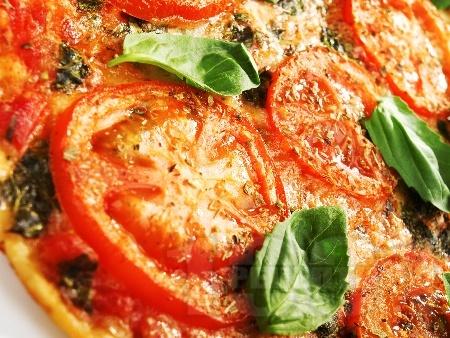Домашна пица Маргарита с домати, кашкавал и босилек - снимка на рецептата